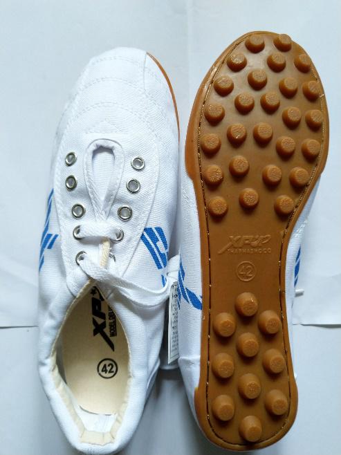 Giày XP bóng đá màu trắng